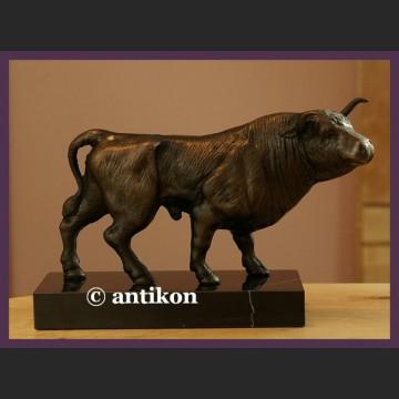 Byk masywana rzeźba marmurowa podstawa symbol hossy
