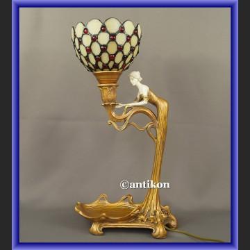 Lampa z figurą kobiety w stylu secesyjnym
