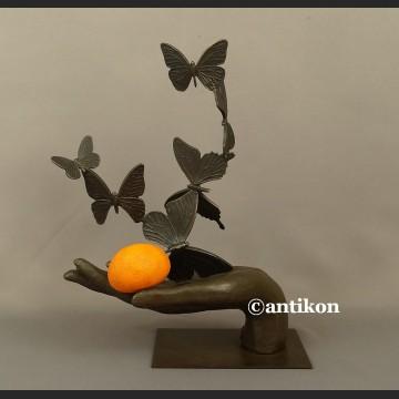 Rzeźba z brązu dłoń z motylami