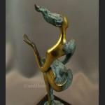 Rzeźba modernistyczna z brązu kobieta siedząca