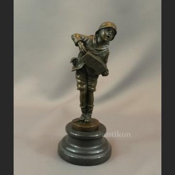 Grajek chłopiec grający na harmonii Art Deco prawdziwy brąz sygnowana rzeźba