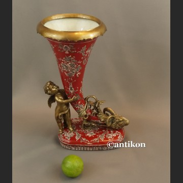 Róg obfitości z amorem ciekawy wazon