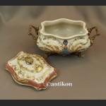 Porcelanowa szkatuła w pałacowym stylu