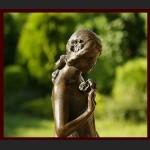 Duża rzeźba dziewczyna z kwiatkami posąg