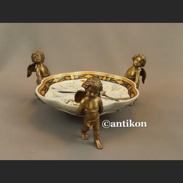 Patera  porcelanowa niesiona przez anioły