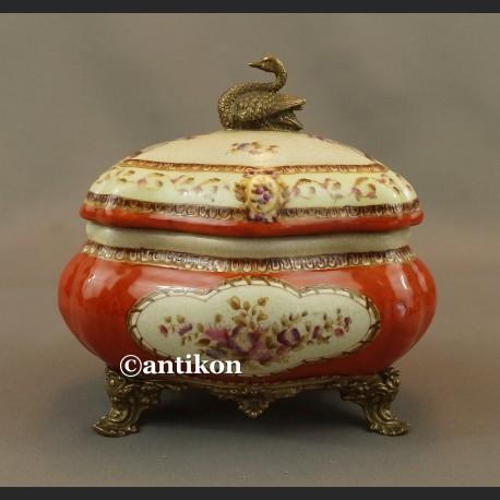 Pałacowa szkatułka z porcelany okuta w brąz