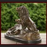 Lew i lwica ogromna rzeźba z brązu dwa królewskie lwy