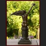 Rzeźba kobieta z gołębiem
