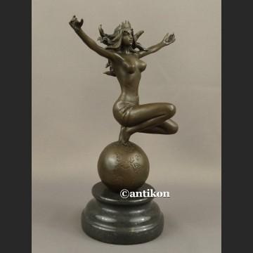 Rzeźba akt kobiety jak Gaja Matka Ziemia