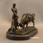 Torreador z bykiem rzeźba z brązu