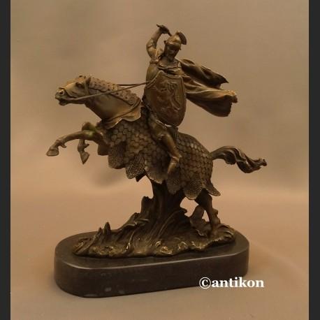 Rycerz na koniu z toporem rzeźba prawdziwy brąz