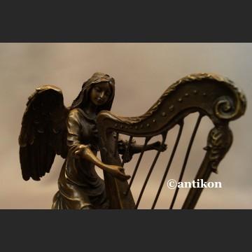 Anioł grający na harfie rzeźba z brązu