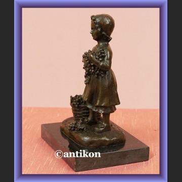 Rzeźba z brązu Mała dziewczynka z winogronami