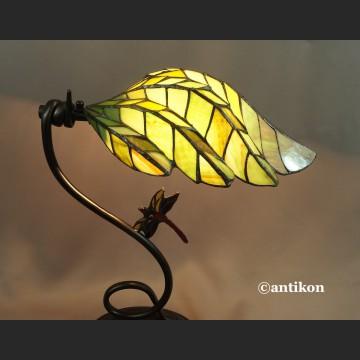 Lampa witrażowa w scesyjnym stylu z ważką
