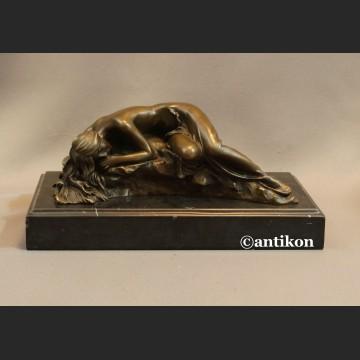Rzeźba z brązu Kobieta śpiąca na kamieniu