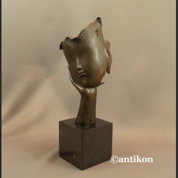 Rzeźba Zaduma z ręką fascynująca figura z brązu