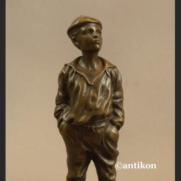 Gwiżdżący chłopiec  rzeźba znakomity brąz