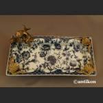 Wzór cebulowy patera z amorkiem z brązu