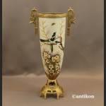 Wazon porcelanowy z jaskółkami okuty brązem