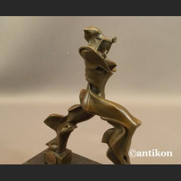 Rzeźba nowoczesna Unikalne formy ciągłości w przestrzeni