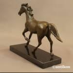Koń w kłusie rzeźba z brązu