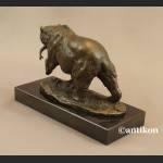 Rzeźba niedźwiedź z rybą prezent dla myśliwego