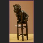 RRzeźba z brązu radosny malec figurka uroczy chłopczyk