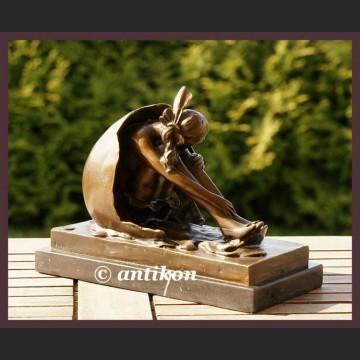 Piękna dziewczyna w skorupie sygnowana rzeźba brąz Art Deco cudo