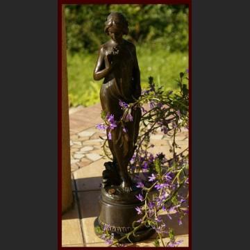 Śliczna dziewczyna z kwiatkami duża rzeźba prawdziwy brąz