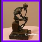 Myśliciel kościotrup świetna rzeźba z brązu