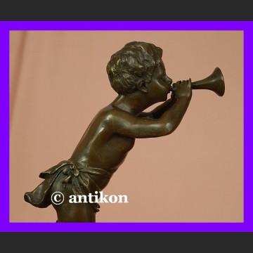 Mały muzykant Trąbka rzeźba brąz