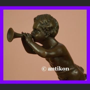 Chłopiec z trąbką urocza sygnowana rzeźba prawdziwy brąz