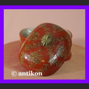 Piękna porcelanowa cukierniczka z kwiatami