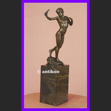 Chłopiec z procą wspaniała rzeźba syg. brąz