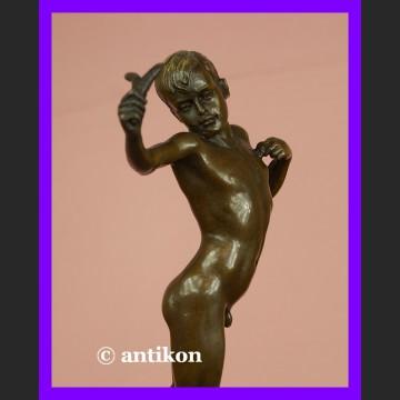 Mały chłopak z procą sygnowany brąz świetna rzeźba