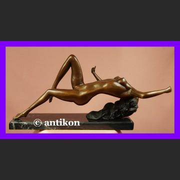 Śmiały akt piękna naga kobieta duża rzeźba brąz i marmur
