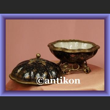 Olśniewająca porcelanowa bomboniera z lilijkami