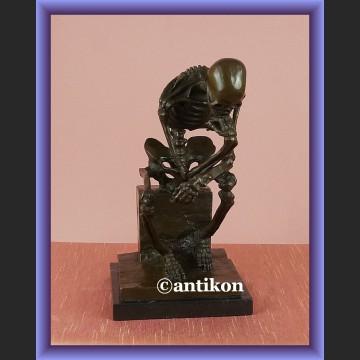 Figurka z brązu duży kościotrup myśliciel