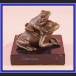 Figurka z brązu żaba dwie urocze żabki