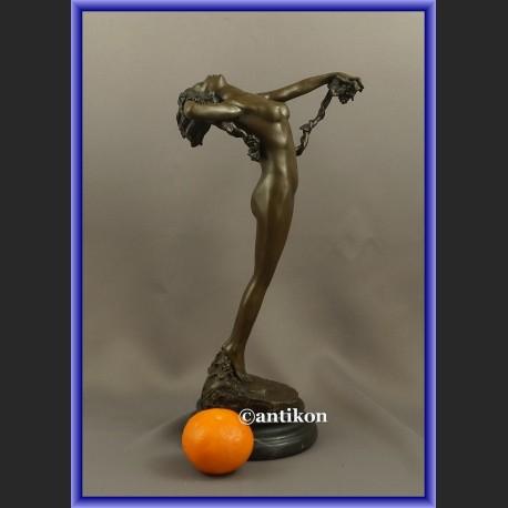 Figurka z brązu kobieta z winogronami francuska rzeźba