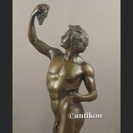 Rzeźba z brązu Bachus z winogronami bóg wina
