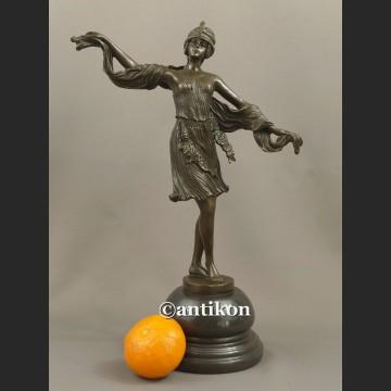 Rzeźba z brązu śliczna tancerka w stylu wschodnim