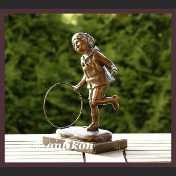 Chłopiec bawiący się kołem świetna rzeźba prawdziwy brąz