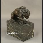Figurka z brązu lew walczący z wężem mała rzeźba