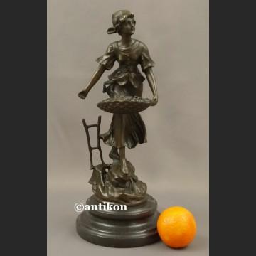 Rzeźba z brązu Ogrodniczka dziewczyna z koszem piękna figurka