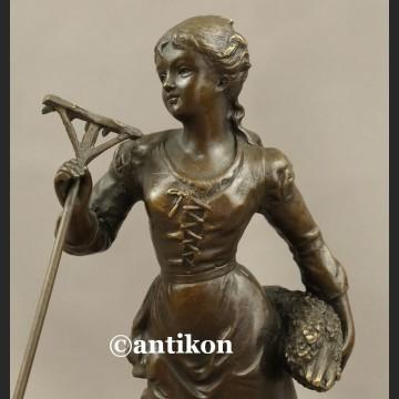 Rzeźba z brązu Żniwiarka dziewczyna z grabiami piękna figurka