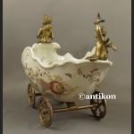 Patera barokowa rydwan z figurą kobiety i aniołkiem