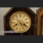 Stary duży zegar w drewnianej skrzyni kapliczkowy