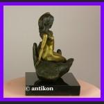 Kobieta na dłoni świetny akt sygnowana rzeźba brąz