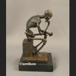Kościotrup myśliciel niesamowita rzeźba brąz